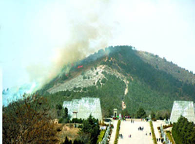A fire broke out around 2:00 p.m. Saturday on the western part of a mountain that encased the tombs of a powerful Chinese empress Wu Zetian and her husband Gaozong in the Tang Dynasty (618-907).