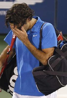 Switzerland's Roger Federer leaves the court after losing his match to Britain's Andy Murray at the ATP Dubai Tennis Championships, March 3, 2008.