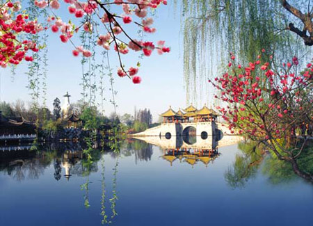 Flowers bloom near Slim West Lake, an icon of Yangzhou. (File Photo)