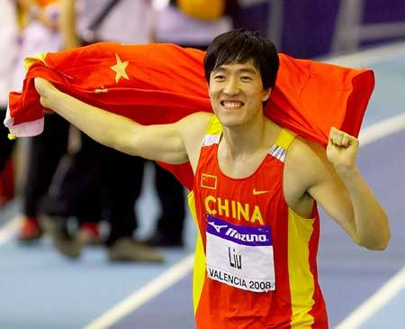 China's star hurdler Liu Xiang finished first on Saturday to snatch the title in men's 60 meter hurdles at the 12th World Indoor Championships in Valencia, Spain.