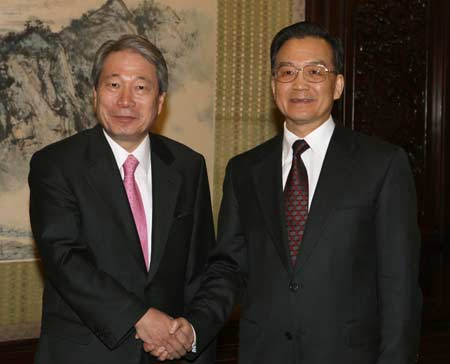 Chinese Premier Wen Jiabao(R) shakes hands with Korean Foreign Affairs and Trade Minister Yu Myung Hwan in Beijing, China, March 20, 2008. (Xinhua/Yao Dawei)
