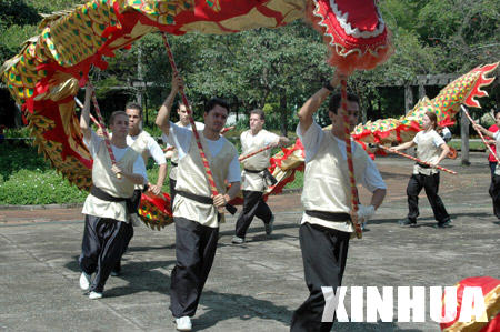 Brazilian youth learn to perform traditional Chinese dragon dance in Sao Paolo of Brazil, March 23, 2008.
