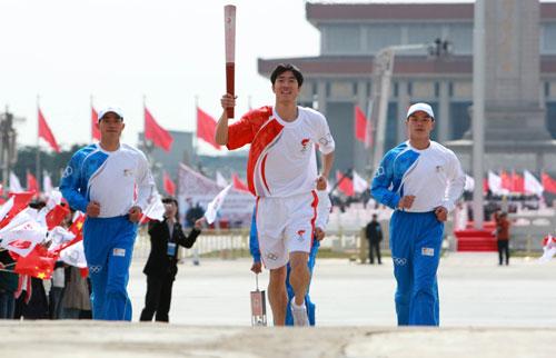 图文-奥运圣火传递在天安门启动 刘翔高擎火炬