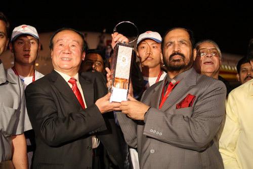 洒花瓣 戴花环 奥运圣火今晨抵达印度受到热烈欢迎