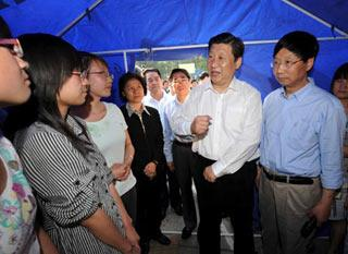 Chinese Vice President Xi Jinping(2nd R), also a member of the Standing Committee of the Communist Party of China (CPC) Central Committee Political Bureau, talks to students of a college during his visit to the quake-affected Hanzhong of northwest China's Shaanxi Province May 19, 2008.(Xinhua Photo)