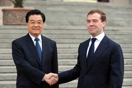 Chinese President Hu Jintao (L) shakes hands with visiting Russian President Dmitry Medvedev (R) during the welcome ceremony in Beijing, capital of China, May 23, 2008. Hu Jintao held a welcome ceremony for Russia's new President Dmitry Medvedev who arrived in Beijing on Friday for a two-day state visit to China.