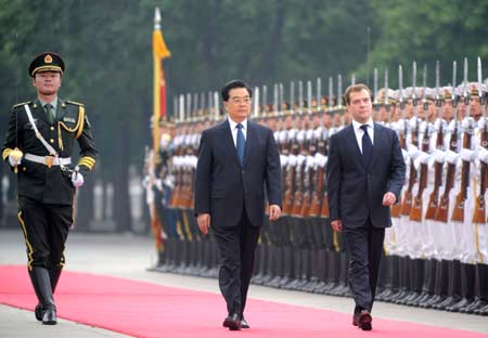 Chinese President Hu Jintao (front L) and visiting Russian President Dmitry Medvedev (R) review the guards of honor during the welcome ceremony in Beijing, capital of China, May 23, 2008. Hu Jintao held a welcome ceremony for Russia's new President Dmitry Medvedev who arrived in Beijing on Friday for a two-day state visit to China.