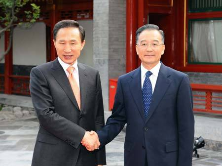 Chinese Premier Wen Jiabao (R) shakes hands with Lee Myung-bak, president of the Republic of Korea (ROK) during their meeting in Beijing, capital of China, on May 28, 2008. Lee Myung-bak arrived in Beijing Tuesday afternoon, starting a four-day state visit to China.(Xinhua/Li Tao)
