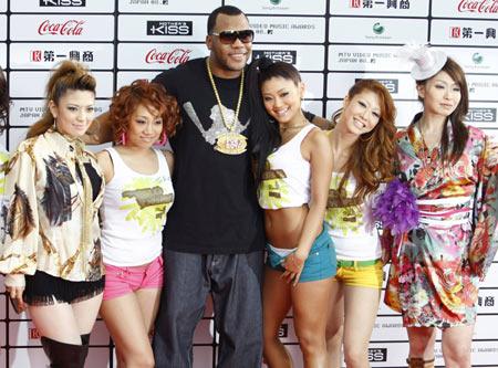 Singer Flo Rida poses with Japanese dancers as he arrives at MTV Video Music Awards Japan 2008 in Saitama, north of Tokyo, May 31, 2008.