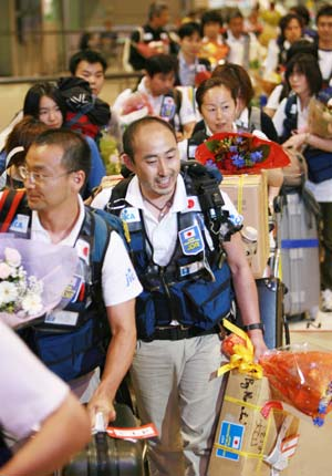 Members of Japanese medical team arrive at the Narita airport in Chiba Prefecture, Japan, June 2, 2008. A 23-member Japanese medical team returned to Japan from the quake-hit southwest China's Sichuan Province on Monday. The team cured a total of 1,355 patients since May 20 when they arrived in Chengdu, the capital of Sichuan Province. 