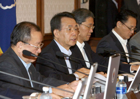 South Korea's Prime Minister Han Seung-soo (C) presides over a cabinet council meeting at the Integrated Government Complex in Seoul June 10, 2008. The entire South Korean cabinet Tuesday offered its resignation to President Lee Myung-Bak over U.S. beef dispute, Yonhap news agency reported.