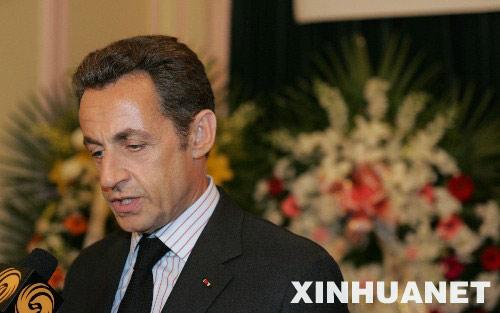 萨科齐来到中国驻法大使馆悼念四川汶川地震遇难者,希望以此表达法国人民对中国人民的同情、友情和支持。