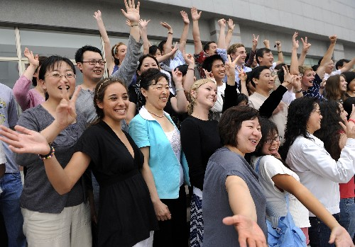 American volunteers and local Olympic homestay family members pose for group photos in Qingdao on Friday, June 20, 2008. [Photo: Xinhua]