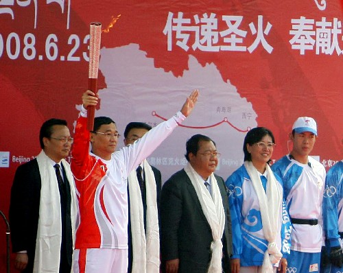 Surgeon Daga, the first torchbearer of the leg, displays the Olympic torch at the opening ceremony on Monday, June 23, 2008. [Photo: Xinhua]