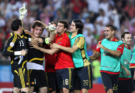 Spain's goalkeeper Iker Casillas (2nd L) celebrates with teammates their quarterfinal penalty shoot-out victory over Italy at the Euro 2008 Championships in Vienna, Austria, on June 22, 2008. Spain won 4-2.