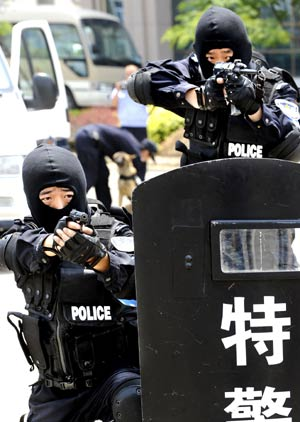 Policemen attend a drill in Qingdao, a co-host of the Games in east China's Shandong Province, on June 27, 2008. An anti-terror drill was held Friday here, as the city will hold sailing competition of the 2008 Olympic Games from August 8 to 24.