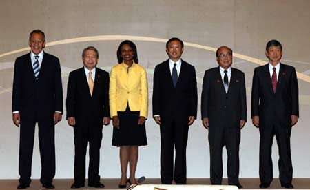 (L to R) Russian Foreign Minister Sergei Lavrov, South Korean Foreign Minister Yu Myung-hwan, United States Secretary of State Condoleezza Rice, Chinese Foreign Minister Yang Jiechi, Foreign Minister of the Democratic People's Republic of Korea Pak Ui Chun and Japanese Foreign Minister Masahiko Koumura pose for a family photo before the first foreign ministers' informal meeting of the six-party talks on the Korean Peninsula nuclear issue, in Singapore, July 23, 2008. (Xinhua/Zhang Fengguo)