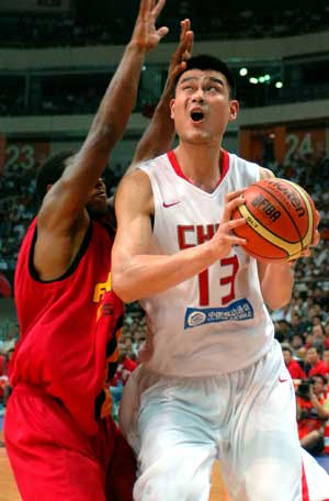 China's Yao Ming (R) aims to shoot during a Group A match against Angola at the FIBA Diamond Ball for Men in Nanjing, east China's Jiangsu Province, on July 29, 2008. China won 83-74.
