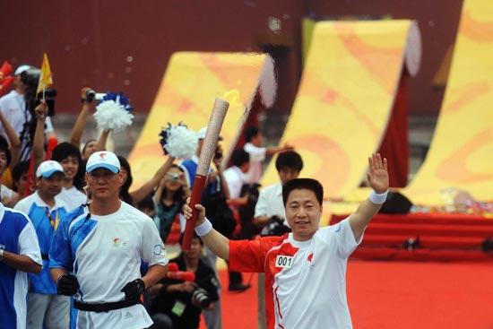 Yang Liwei, hero astronaut kicks off relay.