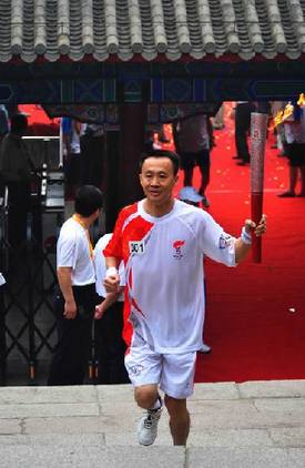 Li Zhonghua runs with the Olympic torch on the Great Wall in Beijing August 7. 