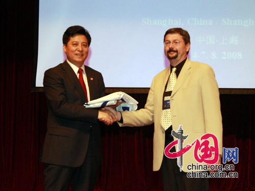 The Translation Association of China (TAC) formally handed the congress flag to the American Translators' Association who will host the next congress.