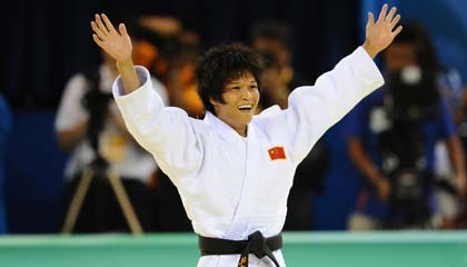 Defending champion Xian Dongmei won China's first judo gold medal at the Beijing Olympic Games in Beijing on Sunday. [Xinhua]