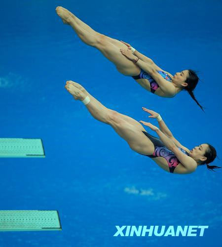 Defending champions Guo Jingjing and Wu Minxia win the women's three-meter springboard synchronized final at Beijing Olympic Games on Sunday with 343.5 points. [Photo: Xinhua]