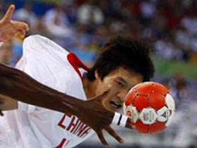 Tian Jianxia of China vies for the ball during Men's Preliminaries Group A-Match 9 between China and France of Beijing 2008 Olympic Games handball event at OSC Gymnasium in Beijing, China, Aug 12, 2008. France beat China 33-19.[Xinhua]