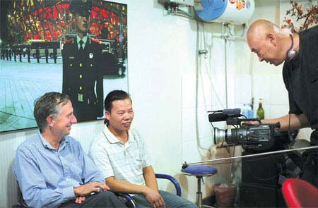 Paolo Pellizzari (left) talks with an owner of a beauty salon while his friend Ling Fei records their conversation. It is part of Pellizzari's documentary movie Hutong Games. photos courtesy of Paolo Pellizzari.(Photo Source: China Daily)