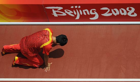 Liu Xiang quits men's 110m hurdles on August 18, 2008 at Beijing Olympic Games. Sina.com