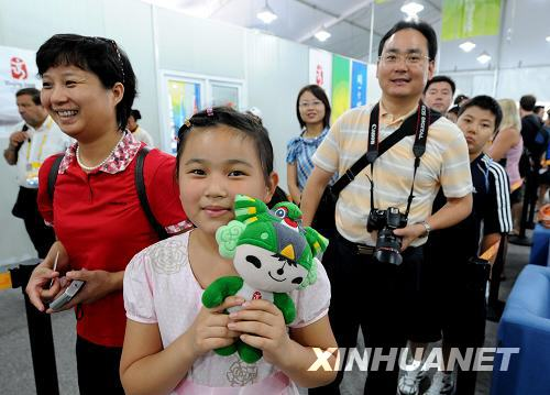 Visitors wait before entering the Olympic Village on Friday, August 22, 2008. [Photo: Xinhuanet]