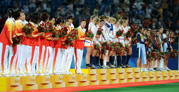 The awarding ceremony of women's hockey match of Beijing 2008 Olympic Games is held in Beijing, China, Aug. 22, 2008. The Netherlands won the gold while China got silver and Argentina ranked the third. [Li Ziheng/Xinhua]