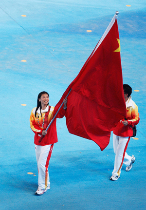 Double Olympic badminton gold medalist Zhang Ning carries the flag of the Chinese delegation at the Beijing 2008 Olympic Games closing ceremony in Beijing, capital of China, on Aug. 24, 2008.