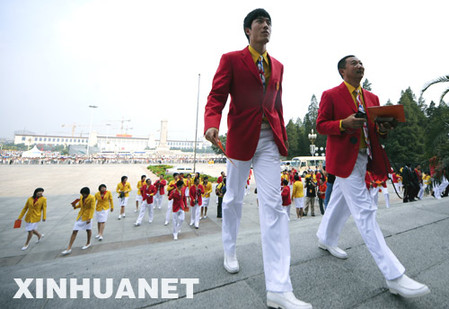 Liu Xiang (L, front) walks into the Great Hall of the People to attend a post Olympics meeting of the Chinese Athletics Team, Aug. 26, 2008.