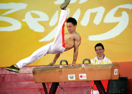 China's gold medal winner Yang Wei(L) performs during a demonstration in Hong Kong, August 30, 2008. Chinese gold medallists are visiting Hong Kong for three days to demonstrate their skills.