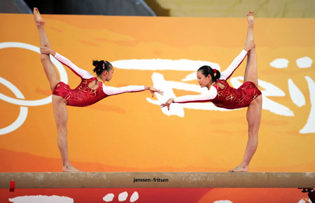 China's gold medal winners Cheng Fei(R) and Yang Yilin perform during a demonstration in Hong Kong, August 30, 2008. Chinese gold medallists are visiting Hong Kong for three days to demonstrate their skills. [Xinhua]