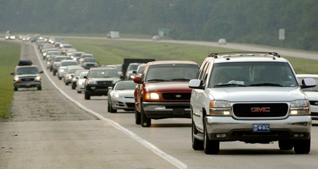 Vehicles carrying Hurricane Gustav evacuees travel along the I-10 interstate highway heading east near Ocean Springs, Mississippi, August 30, 2008. [Agencies]