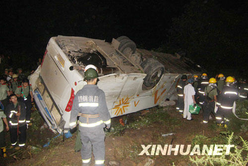 Six people died and 27 others were injured after a bus overturned at a highway toll station in central China's Hunan Province, local traffic police said. The accident occurred at around 7:15 PM Friday near the Donglaiwan toll station in Loudi City, when the bus failed to avoid rushing in a truck-van collision site.