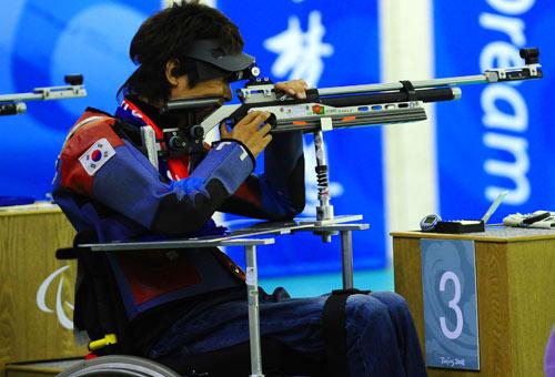 Lee Ji-seok competes in Mixed R5-10m Air Rifle Prone SH2 Shooting on September 9. [Xinhua]