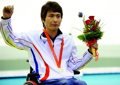 Lee Ji-seok gestures on the podium. [Xinhua]