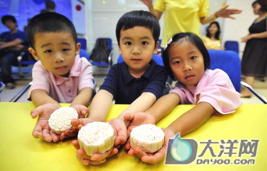 Kids display self-make moon cakes in Guangzhou on Tuesday, September 9, 2008. [Photo: dayoo.com]