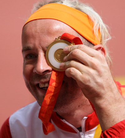 Thomas Geierspichler poses with his gold medal.[Xinhua]