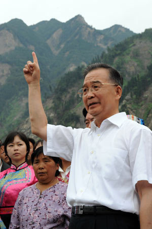 Chinese Premier Wen Jiabao addresses a press conference in Yingxiu Town, Wenchuan, southwest China's Sichuan Province, on the morning of September 2, 2008. Wen Jiabao condoled quake sufferers and held a press conference here during his visit on Tuesday. [Xinhua Photo]