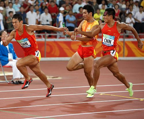 Liu Xiangkun (R) and his guide Chen Liang (C) competes in the first round of men's 4x100m relay T11-T13 at the Beijing 2008 Paralympic Games on September 15, 2008. [Xinhua]