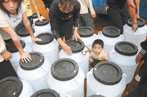 Villagers near the Yangzonghai Lake get drinking water from the government. [Qin Qing/Xinhua]