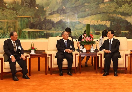 Chinese President Hu Jintao (R) meets with Fujio Mitarai (2nd L), honorary president of the Japan-China Association on Economy and Trade (JCAET), and Fujio Cho (1st L), president of JCAET, at the Great Hall of the People in Beijing, capital of China.
