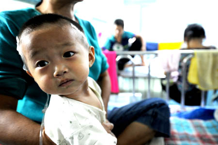 A sick infant called Lou Chen receives medical treatment at the Children's Hospital of Zhengzhou in Zhengzhou, capital of central China's Henan Province, Sept. 17, 2008.
