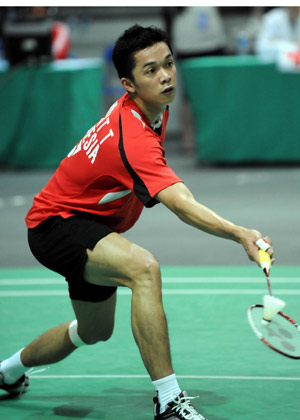 Taufik Hidayat of Indonesia returns the shuttle during the men's singles final against Lee Chong Wei of Malaysia in Macau Grand Prix Gold 2008 in Macau, south China, Oct. 5, 2008. Taufik won 2-0 (21-19, 21-15) and took the title.