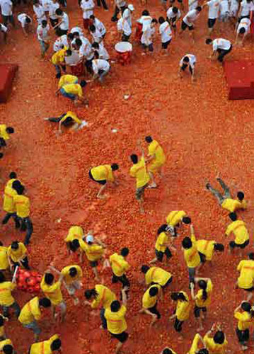 Some 10,000 people fight a tomato war in Dongguan, southern Guangdong province on Sunday, October 19, 2008. The prodigal battle has however aroused big controvercy online. [Photo: Xinhuanet]
