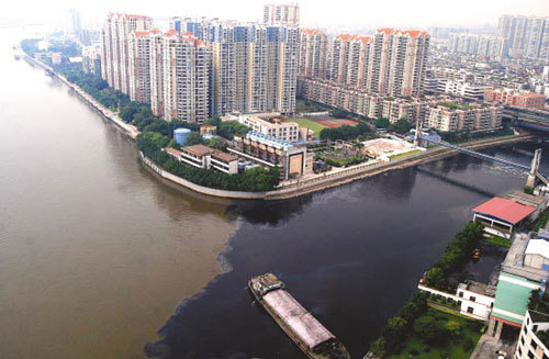 The southern Guangzhou section of the Pearl River is distinctively polluted by black water on Monday, October 20, 2008. [Photo: Yangcheng Evening News]